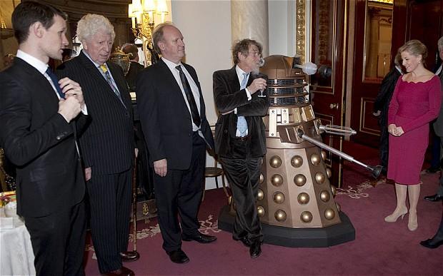 Matt Smith, Tom Baker, Peter Davison, John Hurt e a Condessa de Wessex.