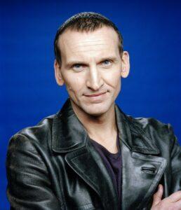 Read more about the article DWM #563: Christopher Eccleston fala sobre seu retorno a Doctor Who