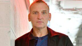 """Christopher Eccleston diz por que Doctor Who deveria """"explodir o cânone"""""""